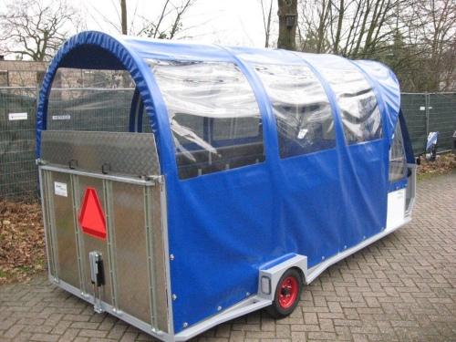 blauw/witte huifwagen gesloten klep