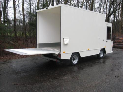 Vrachtwagen met laadklep open